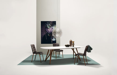 silla contemporánea / con reposabrazos / de tejido / de madera
