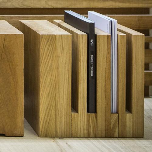 revistero contemporáneo / para uso residencial / de madera maciza