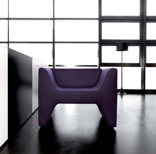 sillón contemporáneo / de tejido / de cuero / con reposabrazos