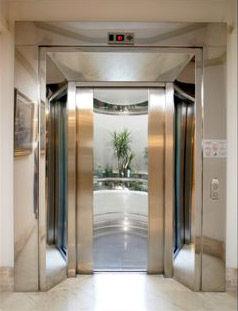 puerta de ascensor de madera