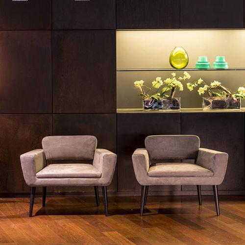 sillón contemporáneo / de tejido / de cuero / de haya