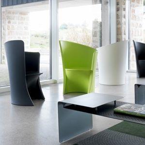 sillón contemporáneo / de polietileno rotomoldeado / con respaldo alto / negro
