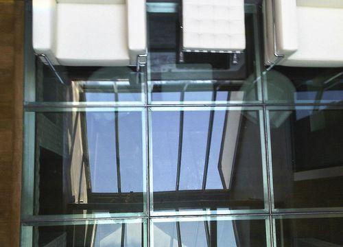 pavimento de vidrio / de metal / residencial / para el sector servicios