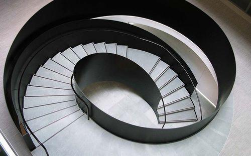 escalera circular / helicoidal / estructura de acero / con peldaños de piedra