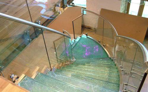 escalera helicoidal / estructura de acero inoxidable / con peldaños de vidrio / sin contrahuellas
