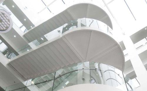 escalera en U / estructura de acero inoxidable / con peldaños de vidrio / con contrahuellas