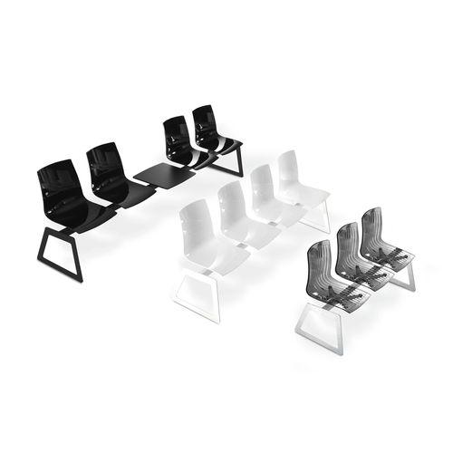hilera de sillas de acero