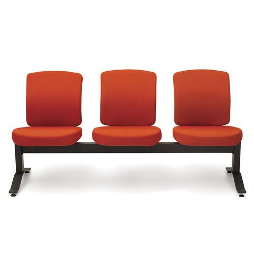 hilera de sillas de metal