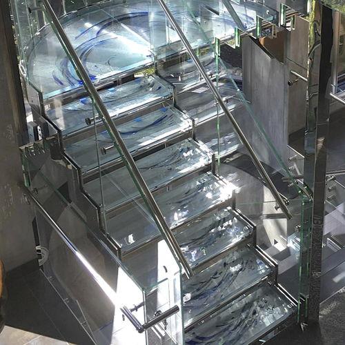 escalera recta / en U / estructura de metal / de vidrio