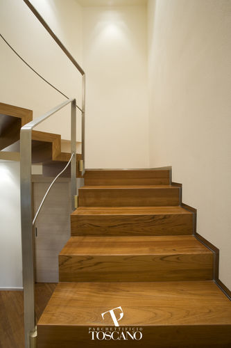 escalera en L / estructura de madera / con peldaños de madera / con contrahuellas