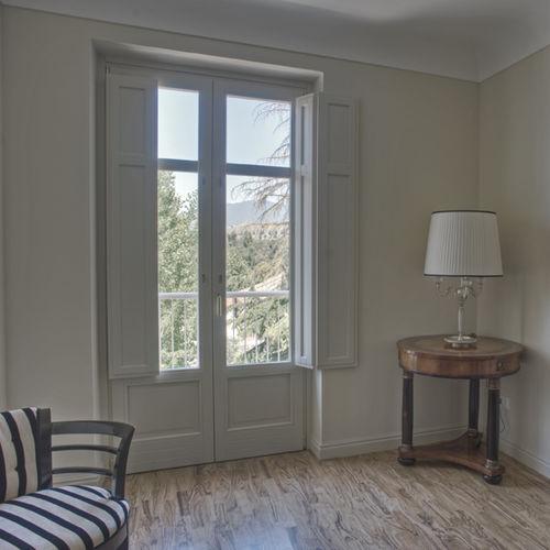 puerta-ventana abatible / de madera / con vidrio doble / de corte térmico