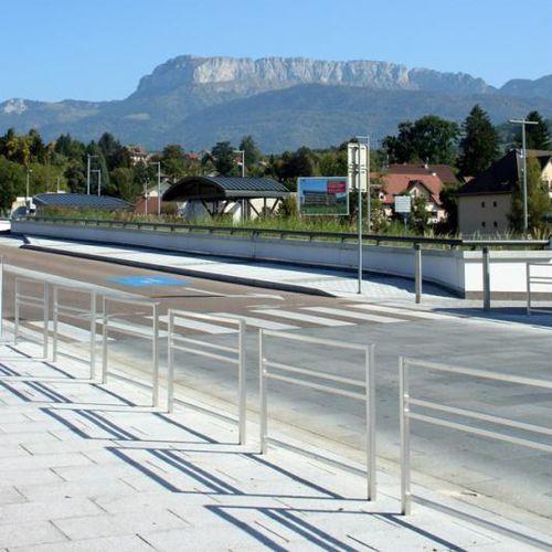 barrera de protección / fija / de acero inoxidable / para espacio público