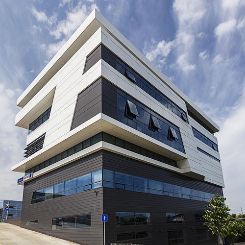 fachada ventilada de material compuesto