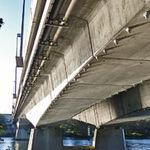 puente en forma de arco / de hormigón pretensado / prefabricado