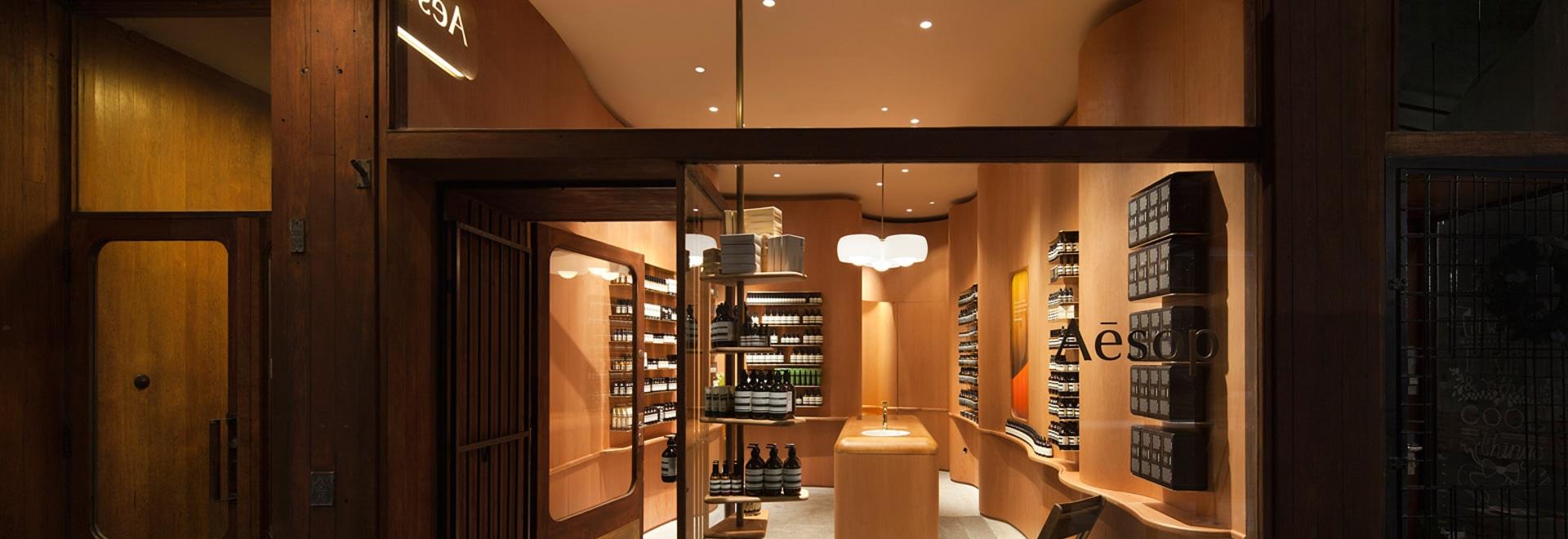 En la alabanza de sombras crea las paredes de madera undulating para el almacén de Estocolmo Esopo