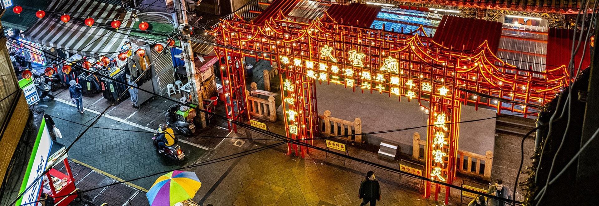 """El andamiaje tradicional de bambú pintado de rojo construye la """"puerta del brillo rojo"""" en Taipei"""