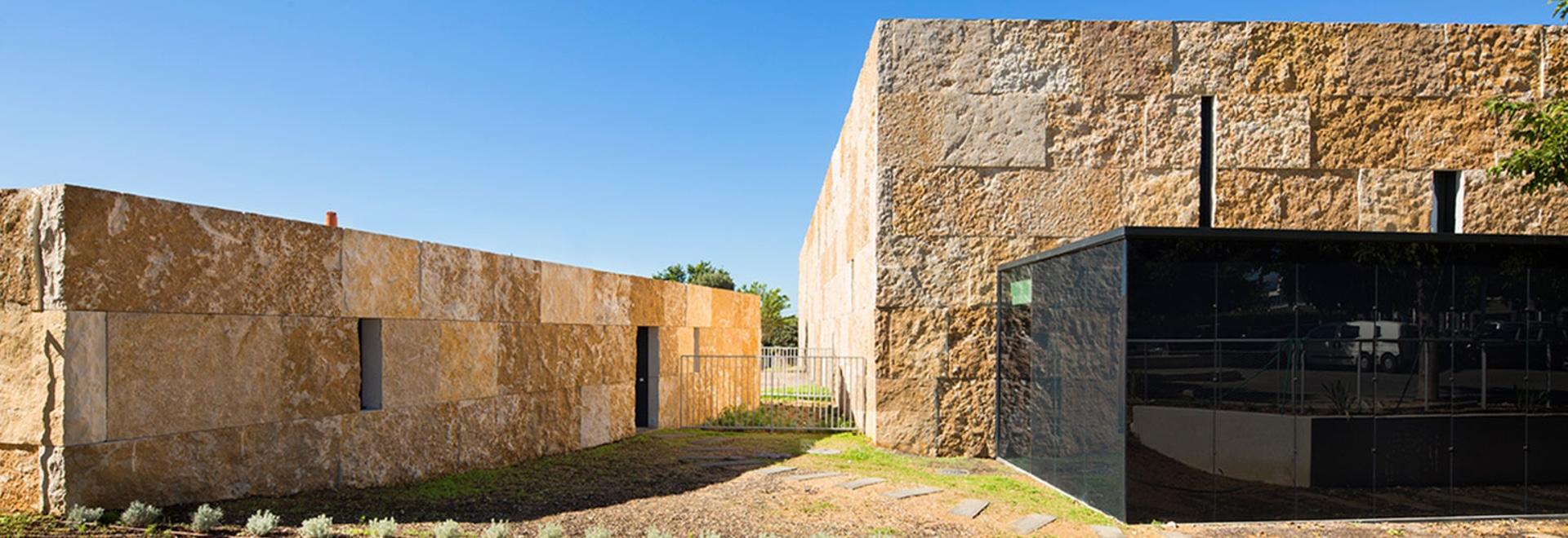 el arquitecto Marsella-basado Cristóbal Gulizzi creó un nuevo pasillo de deportes para la ciudad pequeña, costal del Santo-Cyr-sur-Mer en Provence, Francia. Fotografía: Mateo Ducros