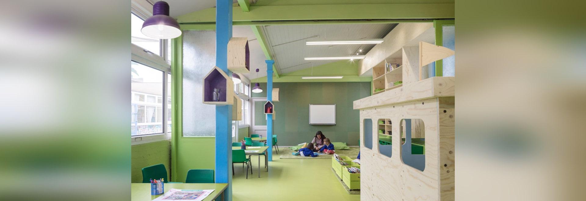 La arquitectura aberrante agrega colores vivos y mobiliario juguetón a una escuela del este de Londres