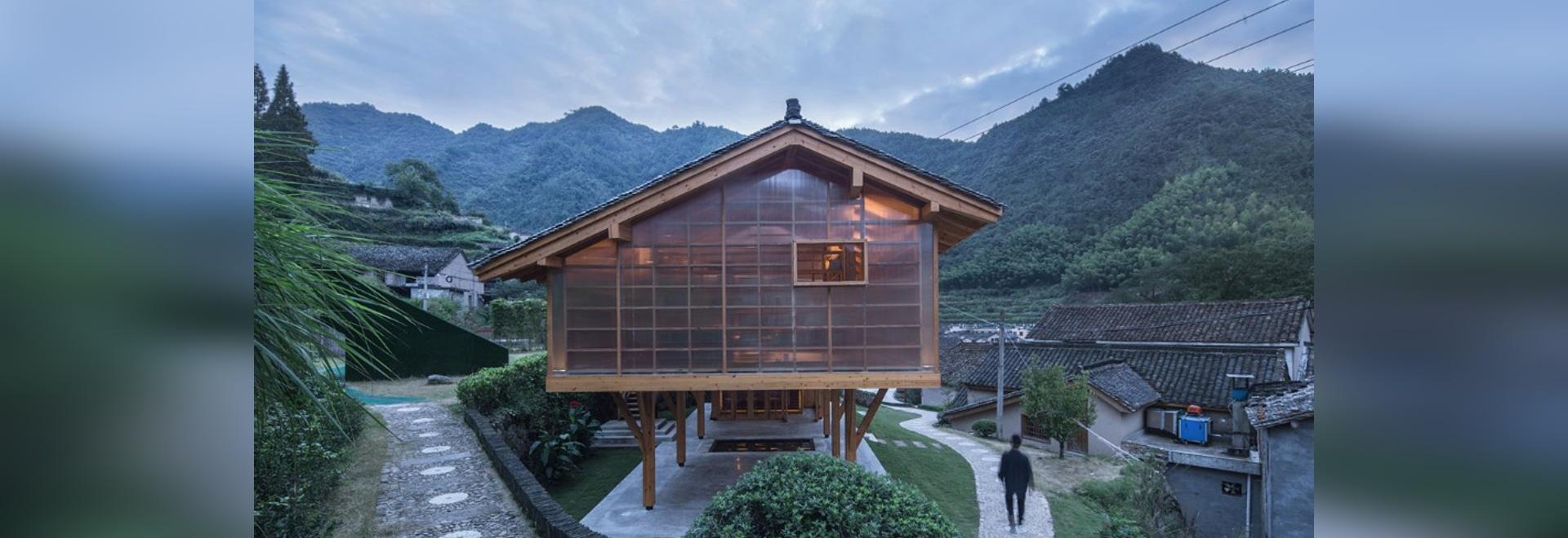 La biblioteca en Liangjiashan se eleva en los zancos para crear un cuadrado cubierto