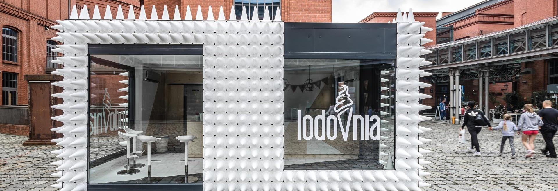 Casi 1.000 conos cubren esta tienda de helado en Polonia