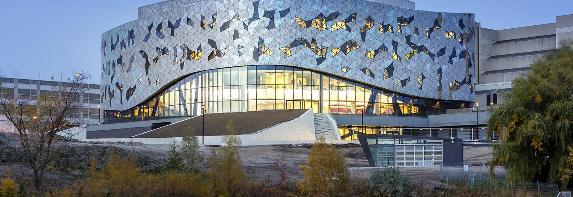Centro de Bergeron de los arquitectos de ZAS el nuevo para la excelencia de la ingeniería en la universidad de York en las miradas de Toronto para reinventar a los estudiantes de la manera se enseñ...