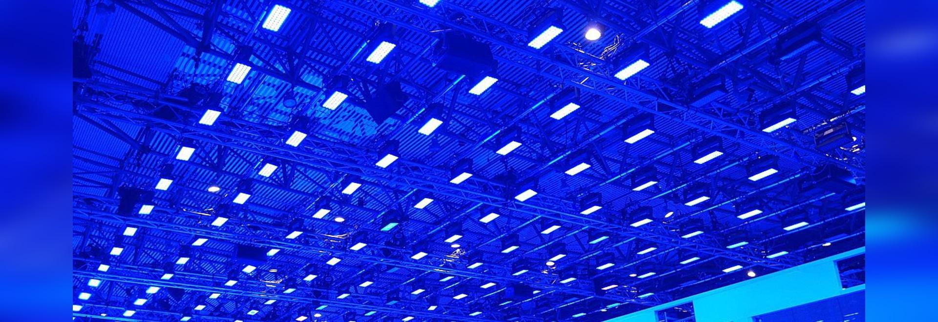 La demostración de la manera de Salvatore Ferragamo iluminó por las luces de la colada P-5 de SGM 314