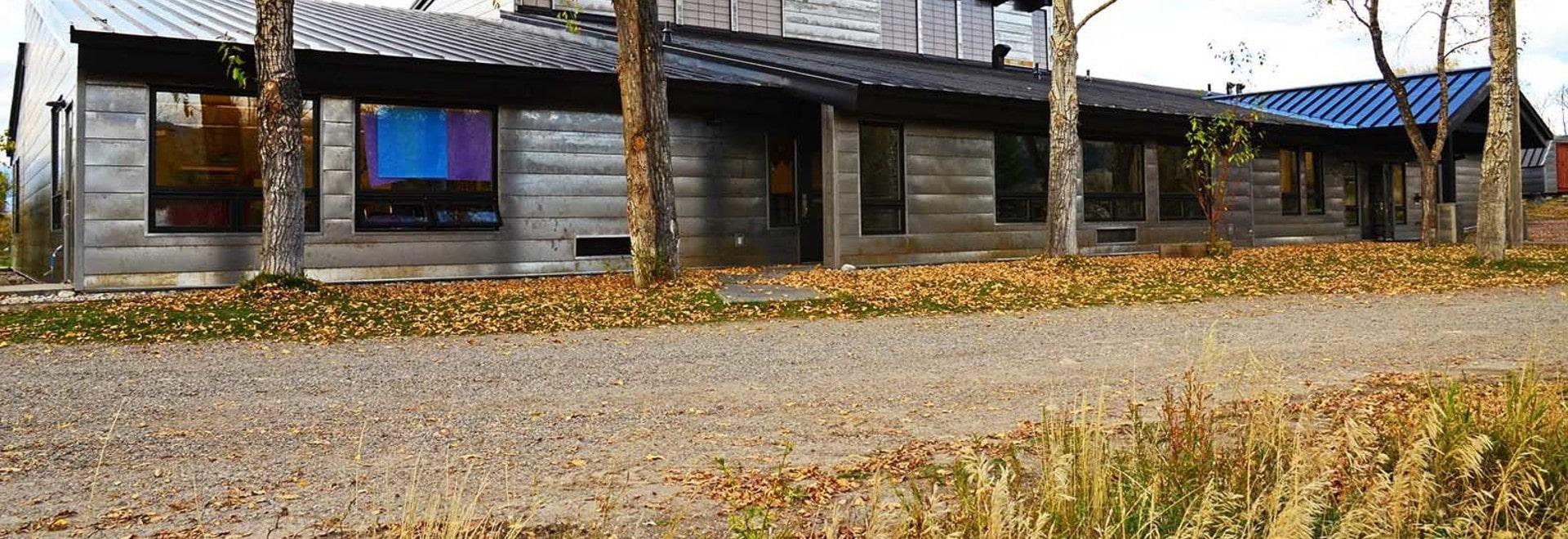 La escuela rural de la montaña en Wyoming consigue una piel rugosa del acero de la erosión