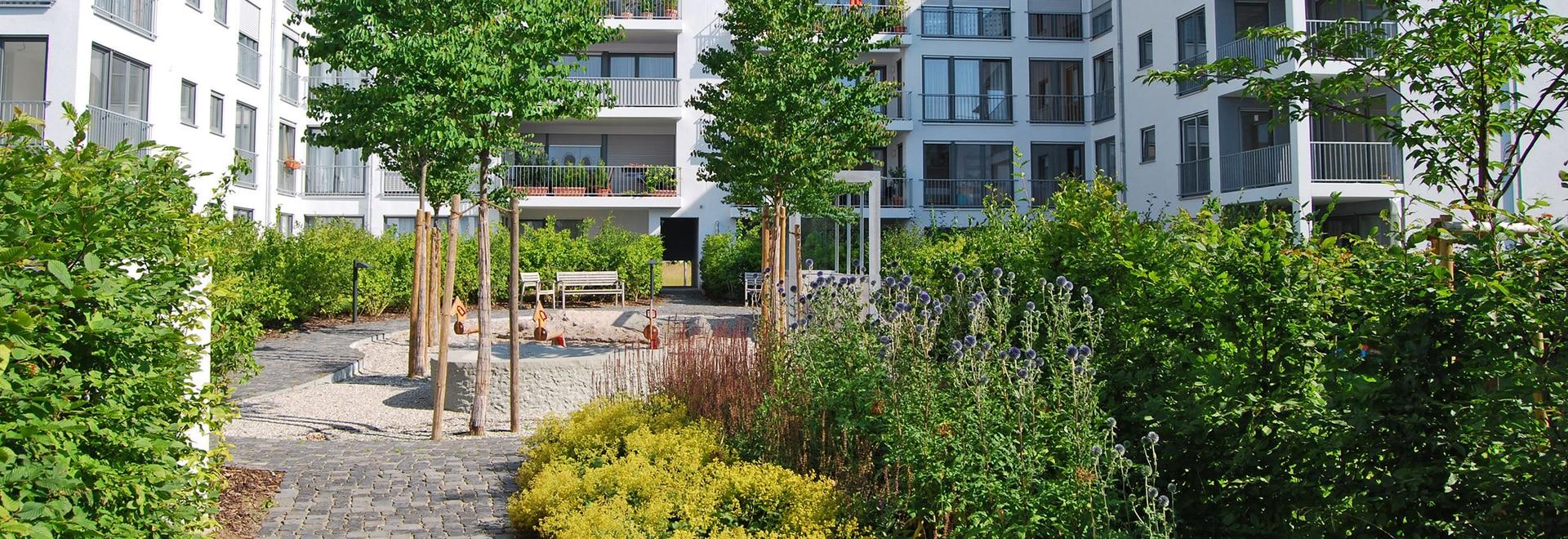 Este complejo residencial tiene una exuberante vegetación en sus patios, ocultando el aparcamiento subterráneo de abajo