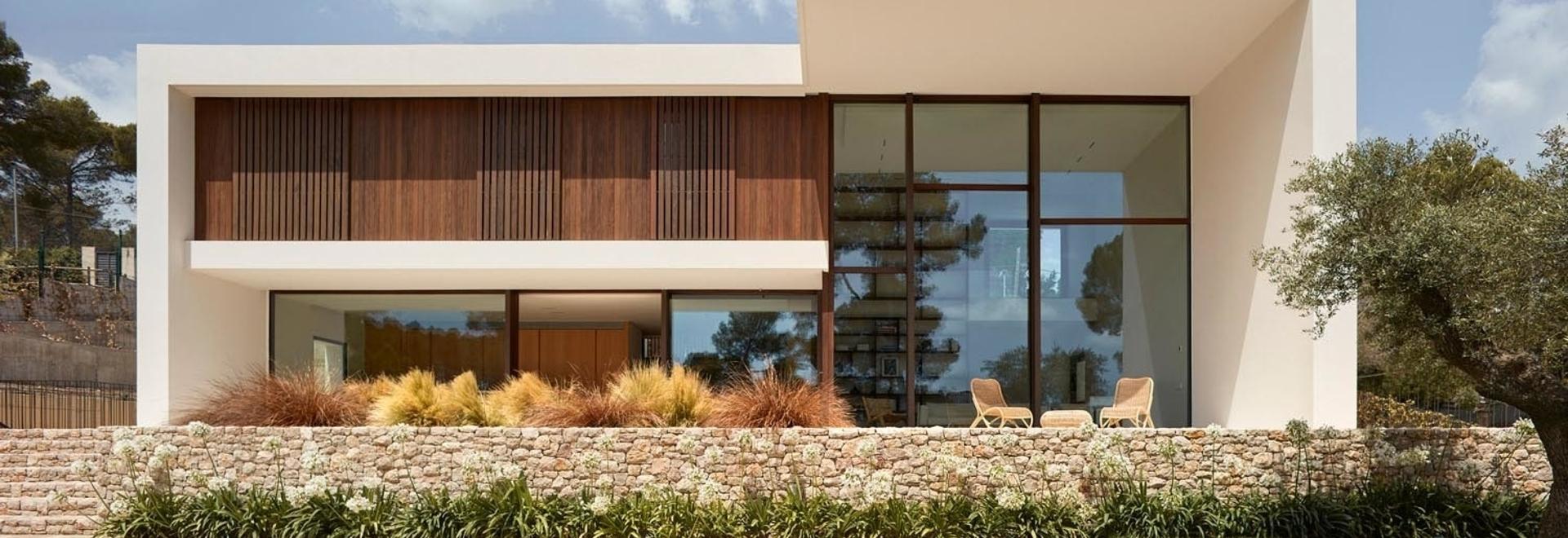 Los gruesos muros de hormigón dan a esta nueva casa una fuerte presencia