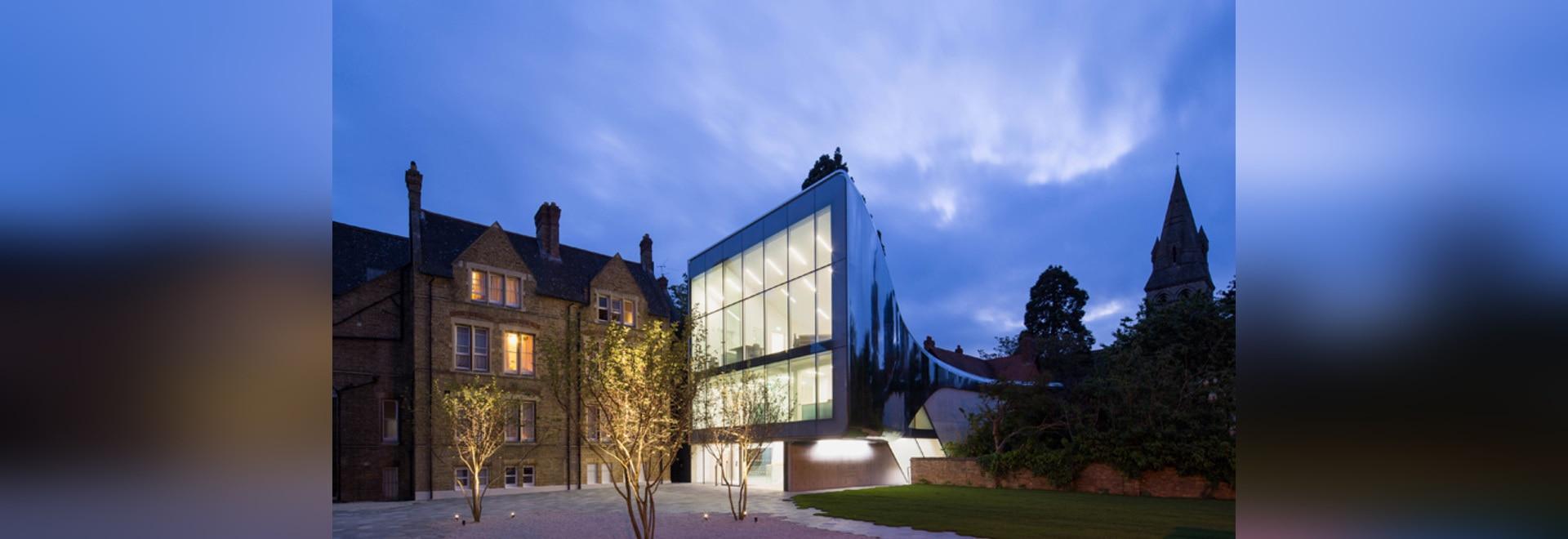 el hadid del zaha tiende un puente sobre el campus de la Universidad de Oxford con la biblioteca reflexiva