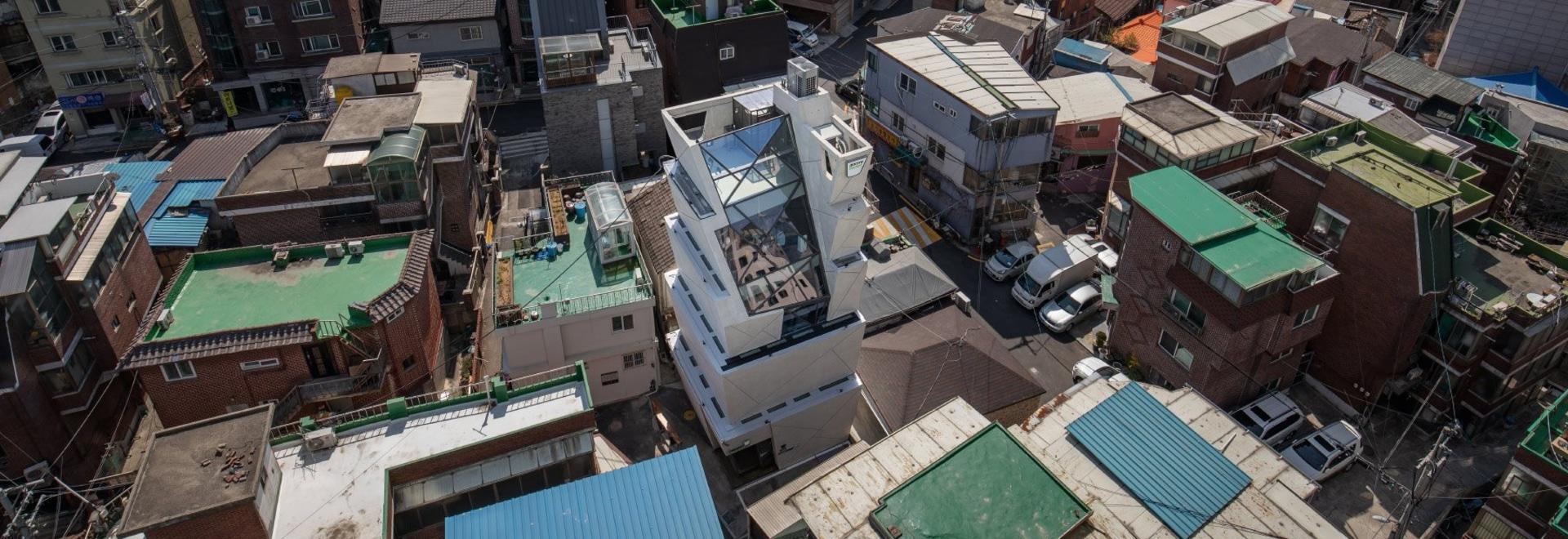 moon hoon manipula una pila de'cubos' para el aceite de sésamo HQ en Seúl
