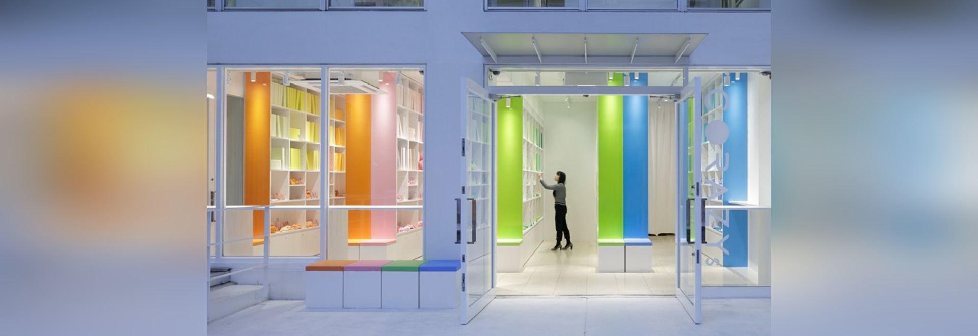 el moureaux del emmanuelle presenta a casa el almacén en Tokio como biblioteca de colores