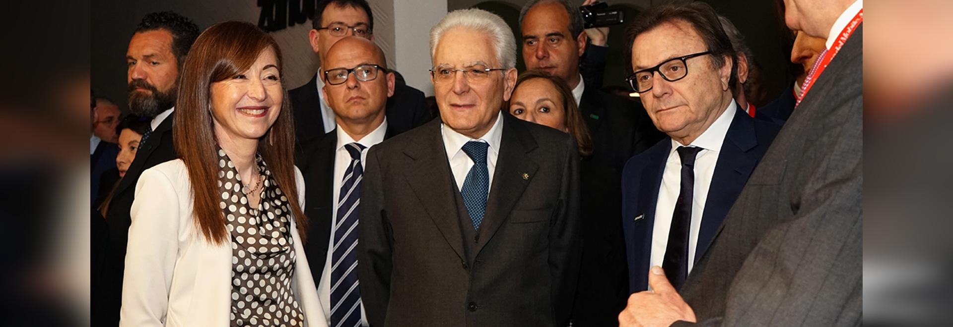 El presidente del soporte de la república de Sergio Mattarella del Zanotta italiano de las visitas