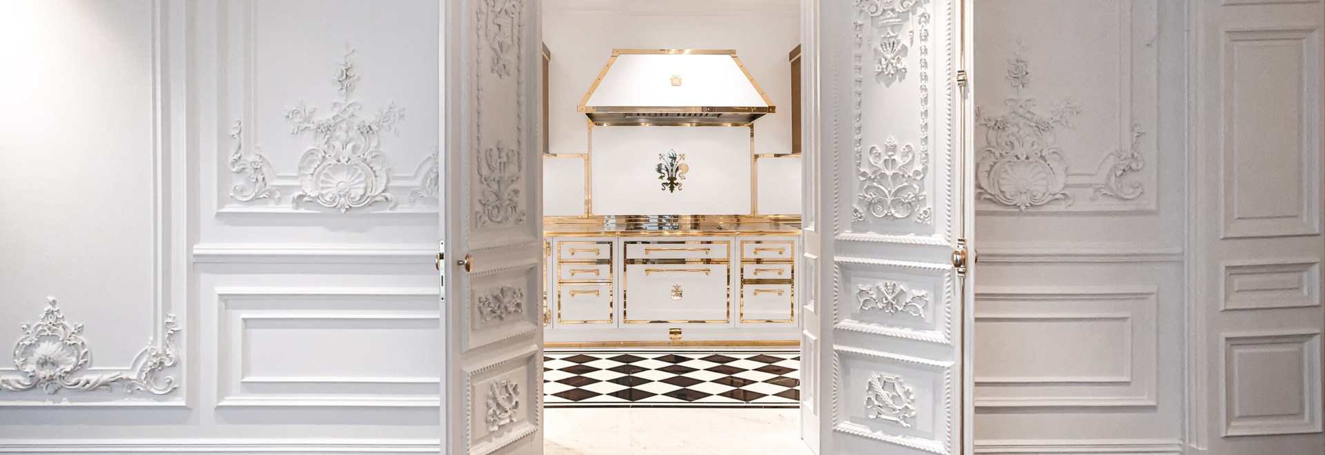 El proyecto de cocina de la oficial Gullo Signal White & Polished Brass