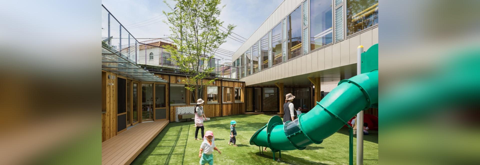 el suga del tadashi articula jardín de la infancia del takeno alrededor de un patio del patio