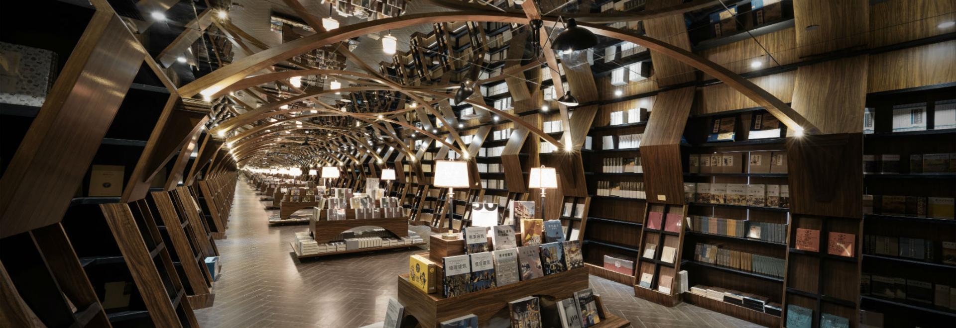 x+living combina estructuras de madera y espejos en una fascinante librería china