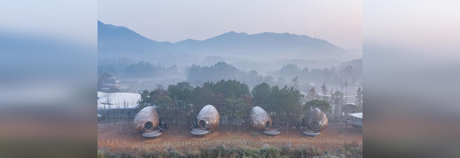 ZJJZ reviste casas de huéspedes elipsoidales de aluminio espejado + tejas de pino en la China rural