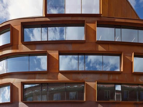 ¿Tham y Videga? la escuela de la arquitectura de Estocolmo del rd ofrece una piel que curva del acero pre-aherrumbrado