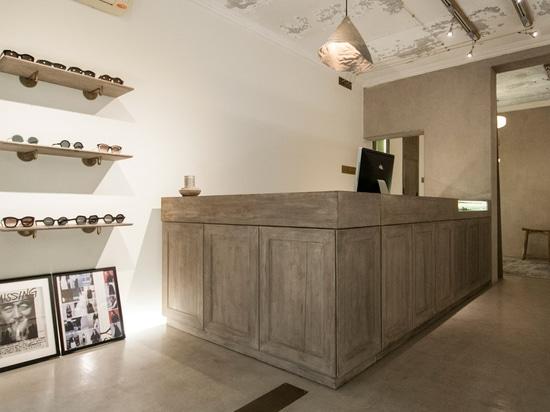 Speys aparea el concreto crudo con madera y el latón en el boutique Anchoret de Pekín