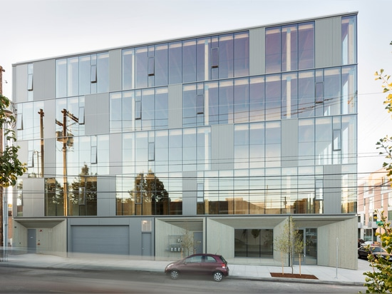 La fachada de cristal revela la estructura de la madera del edificio de trabajo del capítulo en Portland