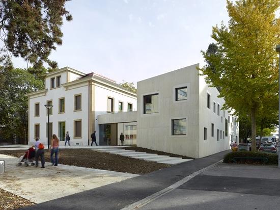 El concreto crudo pone en contraste con los detalles del siglo XIX en el jardín de la infancia de Le Gazouillis