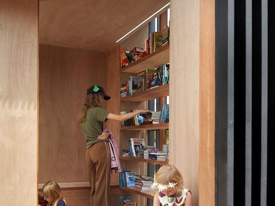 El taller Kastelic Buffey crea el intercambio de libro miniatura que se pliega en una caja negra que brilla intensamente