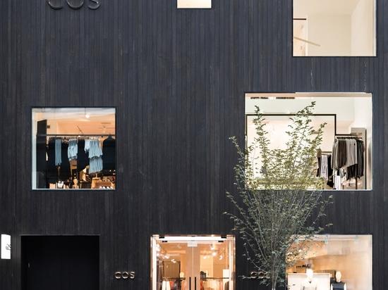 Los tablones ennegrecidos del cedro cubren la fachada del almacén de LECHUGA ROMANA Toronto