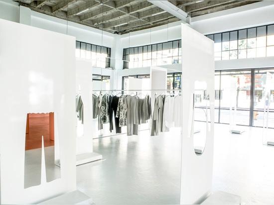 Snarkitecture utiliza las hojas de acero con los cortes ropa-formados para la tienda móvil de LECHUGA ROMANA en LA