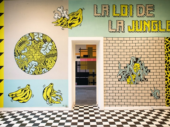 las paredes roca-inspiradas punkyes ofrecen los gráficos coloridos que retransmiten una historia a través del espacio