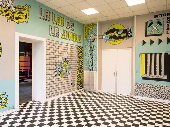las cuatro paredes han sido interpretadas por la ciudad del monstruo del artista para la exposición colectiva