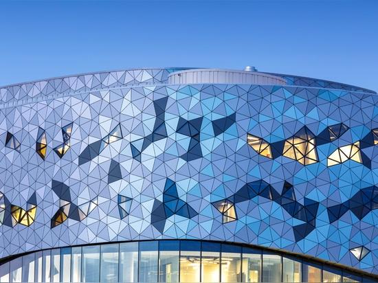 el façade ondulado se abarca de una serie de triángulos colocados según un algoritmo exacto y complejo