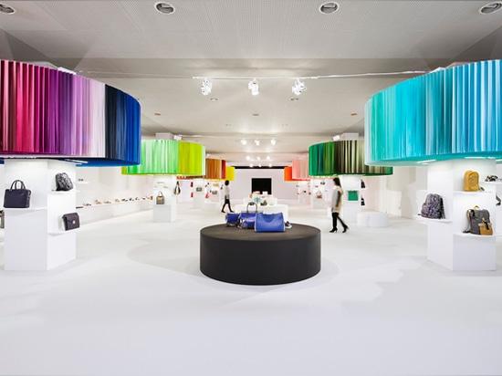 el diseño geométrico y la coloración en negrilla de la nueva colección se exhibe en concierto con los colores de las flores
