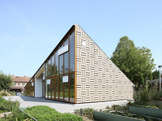 en Amsterdam, proporcionan cada estudiante de la escuela primaria su propio jardín cuadrado del metro 6 para cuidar para