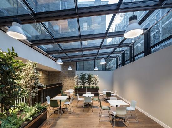 La casa del paso en Victoria de Londres es casera a la caridad el paso. El edificio ha sido dado un reacondicionamiento dramático por la práctica Londres-basada BuckleyGrayYeoman del diseño y de la...